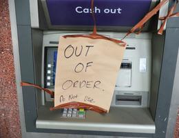 Nông dân Mỹ tát ao, tìm thấy nguyên... một cây ATM