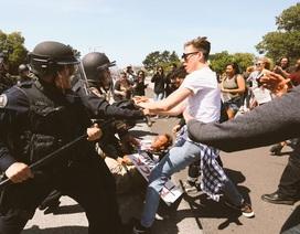 Donald Trump phải leo rào tránh người biểu tình