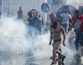 Cảnh sát Hungary dùng hơi cay, vòi rồng chặn người di cư