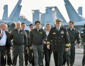 Thủ tướng Nhật Bản lần đầu lên thăm tàu sân bay Mỹ
