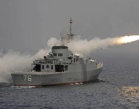 """Hải quân Iran """"đuổi"""" tàu chiến Mỹ ra khỏi vùng tập trận"""