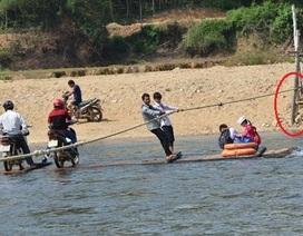 """""""Đu dây"""" qua sông, học sinh đánh cược mạng sống tìm con chữ"""