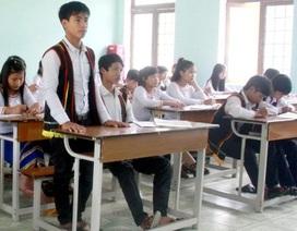 Học sinh mặc trang phục truyền thống đồng bào Cor đến trường