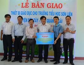 Trao tặng bàn ghế đến học sinh vùng miền núi Quảng Ngãi
