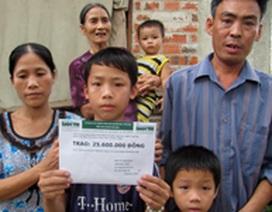 """Trao 25,6 triệu đồng đến hoàn cảnh """"con và mẹ mong bán được nhà để cứu cha"""""""