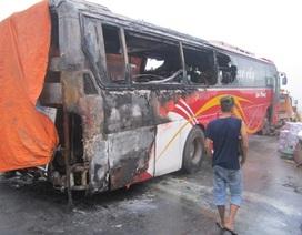 Xe khách cháy rụi khi đang lưu thông