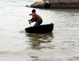 Lại chuyện ngư dân ngậm sổ bơi vào bờ xin dấu