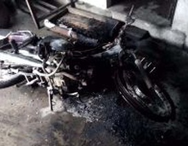 Xe cháy rụi, người chết trên vũng máu