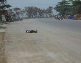 Hốt hoảng vì người đàn ông nằm ngủ trên... quốc lộ