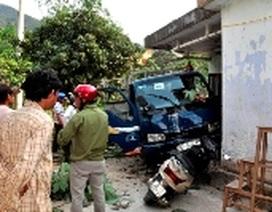 Hai ôtô lao vào nhà dân, 2 tài xế bị thương nặng