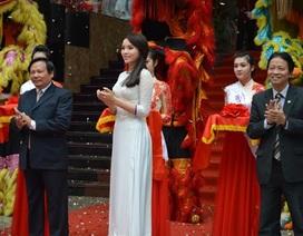 Hoa hậu Kỳ Duyên bán đấu giá áo dài tặng Quỹ Khuyến học