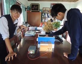 Học sinh lớp 10 chế tạo thiết bị quan sát chuyển động của hạt phóng xạ