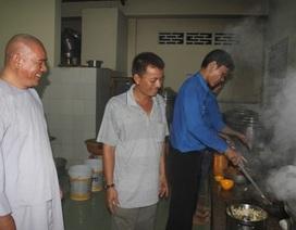 Nhà chùa thức trắng đêm nấu hàng ngàn suất cơm miễn phí cho sĩ tử