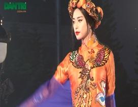 """Ngô Thanh Vân sải bước cùng dàn """"chân dài"""" trên sàn catwalk"""