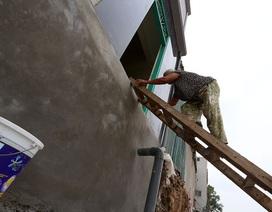 """Hà Nội: Người dân """"bắc thang"""", leo cầu khỉ để vào nhà"""