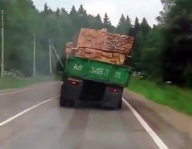 """Vì sao người ta gọi xe tải là """"hung thần"""" đường phố?"""