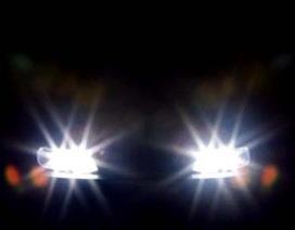 Xử lí thế nào khi bị chiếu đèn pha vào mặt?