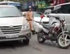 Xe 7 chỗ lạng lách chạy trốn CSGT, bị người dân truy đuổi đập vỡ kính
