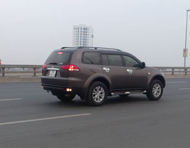 Ngang nhiên lùi xe ôtô trên cầu Nhật Tân