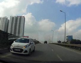 Hà Nội: Taxi chạy ngược chiều trên đường lớn