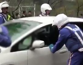 Phản ứng bất ngờ của CSGT Nhật khi chặn xe vi phạm