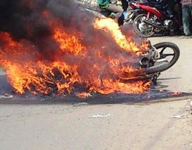 Tài xế xe ôm bất lực nhìn chiếc xe cháy dữ dội