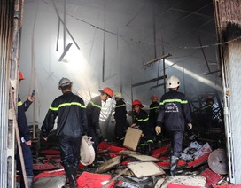 Xưởng in rộng hàng trăm mét vuông bốc cháy dữ dội