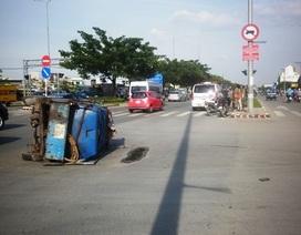 Xe cứu thương húc đổ xe bán tải