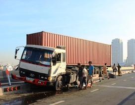 Xe đầu kéo ủi bay dải phân cách trên cầu Sài Gòn, giao thông kẹt cứng