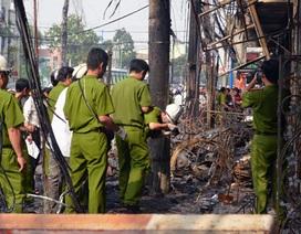 Khám nghiệm hiện trường vụ cháy 8 căn nhà