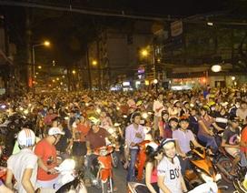 Hàng ngàn người đổ ra đường ăn mừng chiến thắng của Đội tuyển Việt Nam
