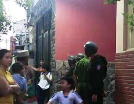 """Cả trăm cảnh sát bao vây khám xét nhà của đàn em trùm ma túy Nhật """"Khùng"""""""