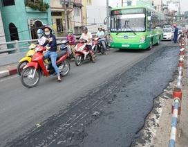 Xe tải làm đổ bùn xuống mặt cầu, giao thông kẹt cứng
