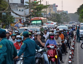 Ô tô tông hàng loạt phương tiện, giao thông kẹt cứng