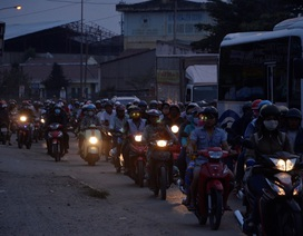 Dân miền Tây lũ lượt trở lại Sài Gòn bằng xe gắn máy, quốc lộ 1A ùn ứ