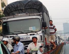 Giao thông kẹt cứng vì thùng container nằm ngang đường