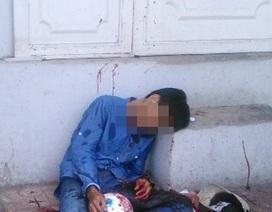 Thanh niên bất ngờ tấp xe vào vỉa hè, cắt cổ tự tử