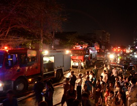 Cháy lớn tại xưởng mút xốp trong khu dân cư