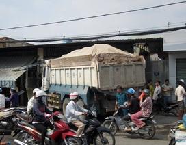 Xe ben tông sập một phần nhà dân ở Sài Gòn