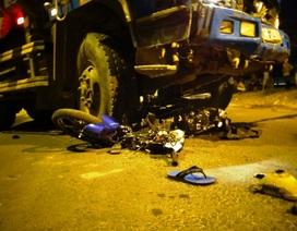 Xe ben đâm nát xe máy, 2 người tử vong