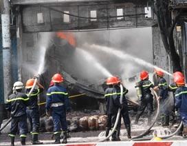 Biển lửa bao trùm cửa hàng kinh doanh hóa chất