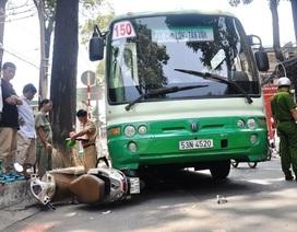 Đẩy nghiêng xe buýt, giải cứu người phụ nữ mắc kẹt dưới gầm xe