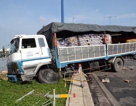 Xe tải đâm xuyên 2 dải phân cách, cuốn xe máy vào gầm