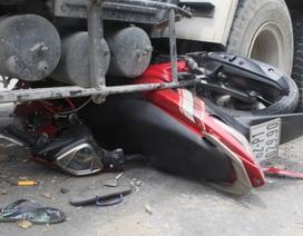 2 thanh niên thoát chết dưới bánh xe bồn