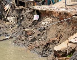 4 căn nhà bị cuốn phăng xuống sông
