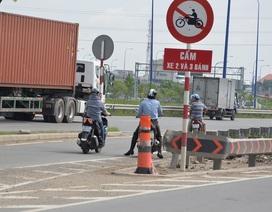 Lờ lệnh cấm, nhiều người liều mình chạy xe máy trên cầu vượt Cát Lái