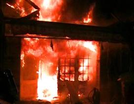 Khói lửa bao trùm chung cư Nguyễn Trãi, cả trăm hộ dân tháo chạy trong đêm