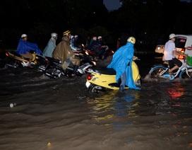 TPHCM: Nhiều tuyến đường ngập sâu, giao thông tê liệt