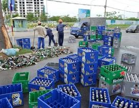 Xe tải bung thùng, cả trăm thùng bia đổ tràn ra đường