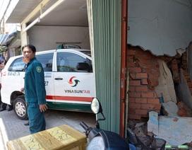 Taxi húc 4 xe máy, tông đổ tường nhà dân